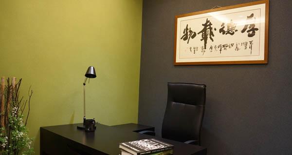 在使用硅藻泥装修墙面的时候,可以适当添加颜色鲜艳的体积小,易于拿取